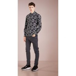 McQ Alexander McQueen SHIELDS Koszula darkest black. Czarne koszule męskie na spinki McQ Alexander McQueen, m, z bawełny. Za 819,00 zł.