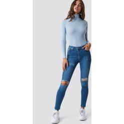 NA-KD Jeansy Skinny Mid Waist Destroyed - Blue. Niebieskie jeansy damskie skinny NA-KD, z jeansu. Za 161,95 zł.