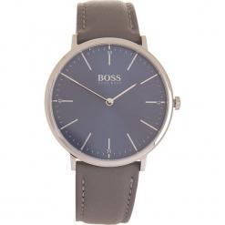 Zegarek kwarcowy w kolorze szaro-srebrno-granatowym. Czarne, analogowe zegarki męskie marki HUGO BOSS, ze stali. W wyprzedaży za 456,95 zł.