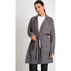 Szary długi płaszczowy kardigan QUIOSQUE. Czarne kardigany damskie marki QUIOSQUE, na imprezę, z dzianiny, z kopertowym dekoltem, mini, dopasowane. W wyprzedaży za 69,99 zł.