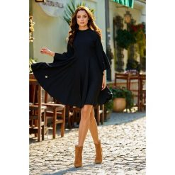 Zjawiskowa sukienka z rozszerzanymi rękawami czarny HAVEN. Czarne sukienki hiszpanki Lemoniade, na spotkanie biznesowe, na jesień, z golfem, proste. Za 159,90 zł.