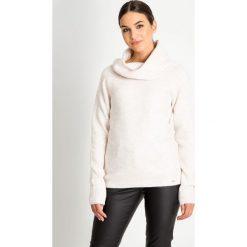 Ciepły sweter z dużym kołnierzem QUIOSQUE. Brązowe swetry klasyczne damskie QUIOSQUE, na zimę, z jeansu, z klasycznym kołnierzykiem. W wyprzedaży za 79,99 zł.