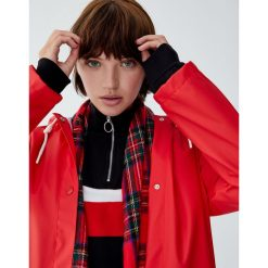 Płaszcz przeciwdeszczowy z kapturem i sznurkami. Czerwone płaszcze damskie marki Pull&Bear. Za 139,00 zł.
