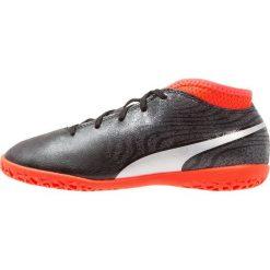 Puma PUMA ONE 18.4 IT Halówki black/silver/red blast. Czarne buty sportowe chłopięce Puma, z gumy. W wyprzedaży za 135,20 zł.