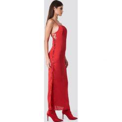 Sahara Ray x NA-KD Satynowa sukienka ze sznurowaniem - Red. Czerwone sukienki na komunię Sahara Ray x NA-KD, z poliesteru, ze sznurowanym dekoltem, midi. W wyprzedaży za 80,98 zł.