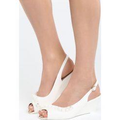 Białe Sandały Going Out Tonight. Białe sandały damskie Born2be, z materiału, na koturnie. Za 59,99 zł.