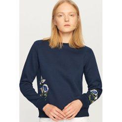 Bluzy damskie: Bluza z wyhaftowanymi kwiatami – Granatowy