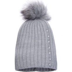 Czapki zimowe damskie: Jasnoszara czapka z pomponem i perełkami QUIOSQUE