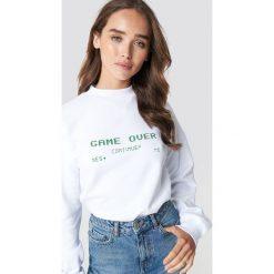 NA-KD Bluza Game Over - White. Białe bluzy rozpinane damskie NA-KD, z nadrukiem, z dzianiny, z długim rękawem, długie. Za 161,95 zł.