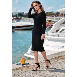 Kobieca ołówkowa sweterkowa sukienka czarny. Czarne długie sukienki Lemoniade, na jesień, ze splotem, klasyczne, z klasycznym kołnierzykiem, z długim rękawem, ołówkowe. Za 149,90 zł.