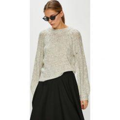 Vero Moda - Sweter Sylvie. Szare swetry klasyczne damskie marki Vero Moda, l, z dzianiny, z okrągłym kołnierzem. Za 149,90 zł.