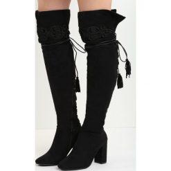 Czarne Kozaki Enamour. Czarne buty zimowe damskie Born2be, z okrągłym noskiem, na wysokim obcasie, na platformie. Za 139,99 zł.