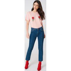NA-KD T-shirt z haftem w kwiaty - Pink. Różowe t-shirty damskie NA-KD, z haftami, z bawełny, z okrągłym kołnierzem. W wyprzedaży za 42,67 zł.