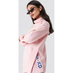 NA-KD Bluza z rozcięciami - Pink. Różowe bluzy rozpinane damskie NA-KD, z haftami, z długim rękawem, długie. W wyprzedaży za 80,98 zł.