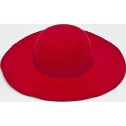 Answear - Kapelusz Falling In Autumn. Czerwone kapelusze damskie ANSWEAR, z bawełny. W wyprzedaży za 47,90 zł.