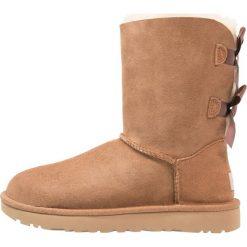 UGG BAILEY BOW Botki chestnut. Brązowe buty zimowe damskie Ugg, z materiału. Za 989,00 zł.