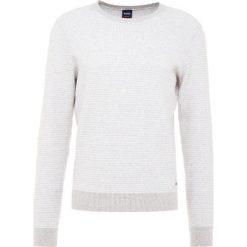BOSS CASUAL AWAKNY Sweter white. Białe swetry klasyczne męskie BOSS Casual, l, z bawełny. Za 669,00 zł.