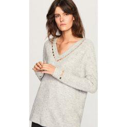 Sweter z perełkami - Jasny szar. Białe swetry klasyczne damskie marki Reserved, l, z dzianiny. Za 139,99 zł.