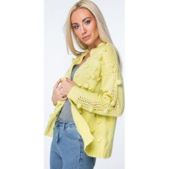 Swetry rozpinane damskie: Sweter z pomponami żółty MISC232
