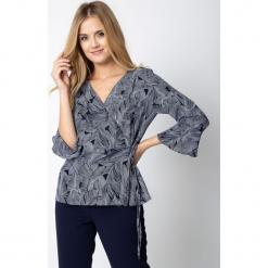 Granatowa kopertowa bluzka ze wzorem QUIOSQUE. Białe bluzki damskie QUIOSQUE, z tkaniny, biznesowe, z kopertowym dekoltem, z długim rękawem. Za 139,99 zł.