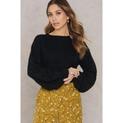 Swetry klasyczne damskie: NA-KD Sweter z szerokim rękawem – Black