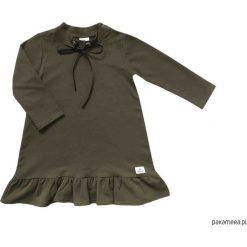 BUGZY Sukienka w kolorze khaki z czarną kokardką. Brązowe sukienki dziewczęce marki Pakamera, eleganckie, z długim rękawem, długie. Za 84,00 zł.