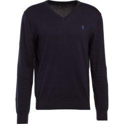 Polo Ralph Lauren Sweter hunter navy. Niebieskie swetry klasyczne męskie marki Polo Ralph Lauren, m, z bawełny, polo. W wyprzedaży za 441,75 zł.