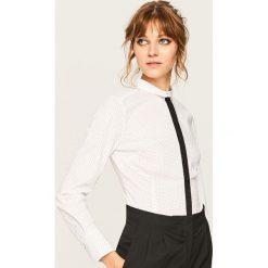 Koszula z kontrastowym detalem - Kremowy. Białe koszule damskie marki Reserved, z kontrastowym kołnierzykiem. Za 59,99 zł.