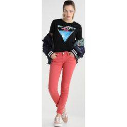 Tommy Jeans LOW RISE SKINNY SOPHIE Jeans Skinny Fit spicy coral. Pomarańczowe jeansy damskie marki Tommy Jeans, z bawełny. W wyprzedaży za 449,25 zł.
