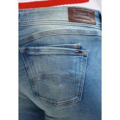 Tommy Jeans LOW RISE SKINNY SCARLETT Jeans Skinny Fit florida light blue stretch. Niebieskie jeansy damskie marki Tommy Jeans. W wyprzedaży za 359,20 zł.