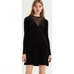 Welwetowa sukienka z aplikacją - Czarny. Czarne sukienki z falbanami Sinsay, l, z aplikacjami. Za 79,99 zł.
