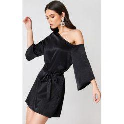 Sukienki: Hannalicious x NA-KD Sukienka na jedno ramię z wiązaniem – Black