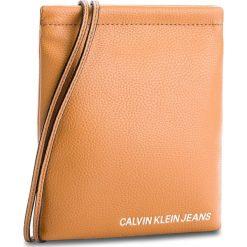 Torebka CALVIN KLEIN JEANS - Ultra Light Flat Cro K40K400623 240. Brązowe listonoszki damskie marki Calvin Klein Jeans, z jeansu. Za 279,00 zł.