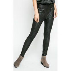 Guess Jeans - Spodnie. Szare jeansy damskie rurki marki Guess Jeans, na co dzień, l, z aplikacjami, z bawełny, casualowe, z okrągłym kołnierzem, mini, dopasowane. W wyprzedaży za 359,90 zł.