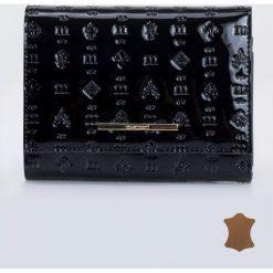 Portfele damskie: Lakierowany portfel z wzorami