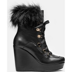 Czarne kozaki damskie. Czarne buty zimowe damskie marki Kazar, z futra, przed kolano, na wysokim obcasie, na koturnie. Za 699,00 zł.