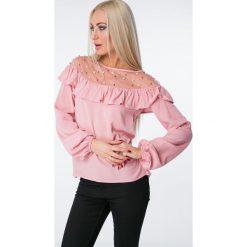 Bluzka z falbaną i perełkami pudrowy róż 16160. Czerwone bluzki na imprezę marki OLAIAN, s, z materiału. Za 55,20 zł.