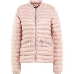 Barbour International™ LAPPER Kurtka przejściowa pale pink. Czerwone kurtki damskie Barbour International™, z materiału. W wyprzedaży za 383,60 zł.