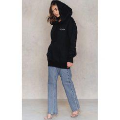 Bluzy rozpinane damskie: Vanessa Moe x NA-KD Bluza oversize z kapturem - Black
