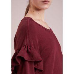 Current/Elliott RUFFLE Bluza cabernet. Czerwone bluzy rozpinane damskie Current/Elliott, z bawełny. W wyprzedaży za 471,60 zł.