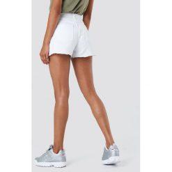 NA-KD Szorty jeansowe z wysokim stanem i rozdarciami - White. Zielone szorty jeansowe damskie marki Emilie Briting x NA-KD, l. W wyprzedaży za 48,59 zł.