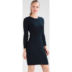 GANT STRETCH CABLE DRESS Sukienka dzianinowa evening blue. Niebieskie sukienki dzianinowe marki GANT, xl. W wyprzedaży za 461,45 zł.