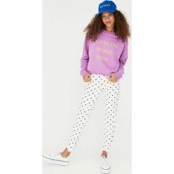 Wzorzyste jeansy skinny fit. Niebieskie jeansy damskie relaxed fit marki Reserved. Za 99,90 zł.