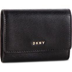 Mały Portfel Damski DKNY - Bryant Card Case Id R82Z3503 Blk/Gold BGD 82. Czarne portfele damskie DKNY, ze skóry. Za 289,00 zł.