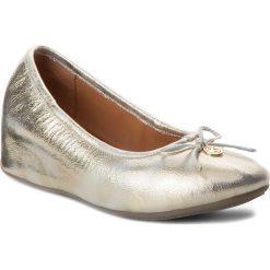 Półbuty KAZAR - Nella 32115-01-13 Gold. Białe półbuty damskie na koturnie marki Kazar, ze skóry, na wysokim obcasie. W wyprzedaży za 289,00 zł.