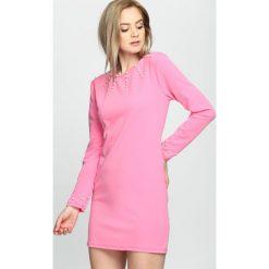 Fuksjowa Sukienka Trimming Pearl. Różowe sukienki letnie marki numoco, l, z dekoltem w łódkę, oversize. Za 59,99 zł.