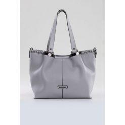 Torba zdobiona ćwiekami. Brązowe torebki klasyczne damskie marki Monnari, w paski, z materiału, średnie. Za 99,60 zł.