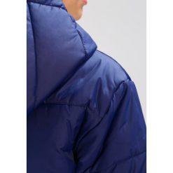 Nike Sportswear Płaszcz zimowy binary blue/white. Niebieskie płaszcze damskie zimowe marki Nike Sportswear, xs, z materiału. W wyprzedaży za 374,25 zł.