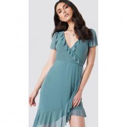 Kristin Sundberg for NA-KD Asymetryczna sukienka z falbaną - Green. Zielone sukienki asymetryczne marki Kristin Sundberg for NA-KD, z asymetrycznym kołnierzem, midi. W wyprzedaży za 93,77 zł.