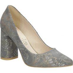 Szare czółenka skórzane na szerokim ozdobnym obcasie Casu 1609/669. Szare buty ślubne damskie marki Casu. Za 228,99 zł.